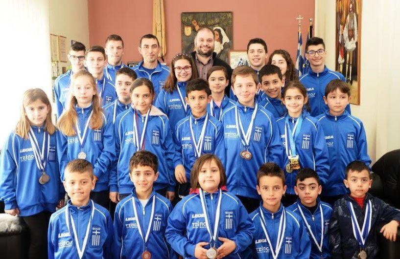 Στον δήμαρχο Νάουσας Νίκο Κουτσογιάννη οι πρωταθλητές του Α.Σ. Τέτραθλον