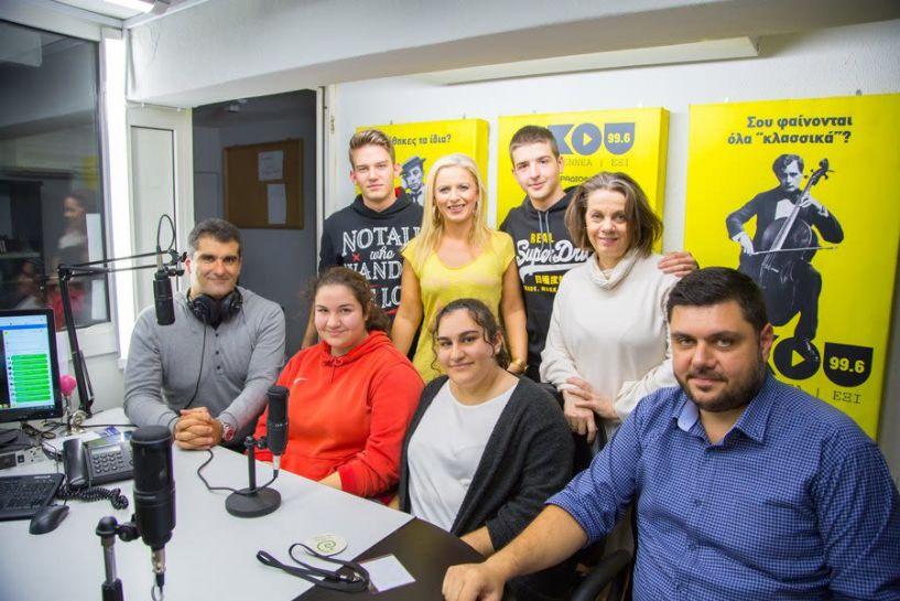 Η ομάδα του 5ου ΓΕΛ Βέροιας που συμμετείχε στο ERASMUS στη Δανία ζωντανά στο στούντιο  του ΑΚΟΥ 99.6