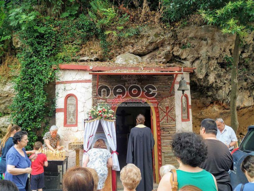 Χθες πιστοί προσκύνησαν την Αγ. Κυριακή στο εκκλησάκι του βράχου της οδού Βερόης (φωτό - βίντεο)