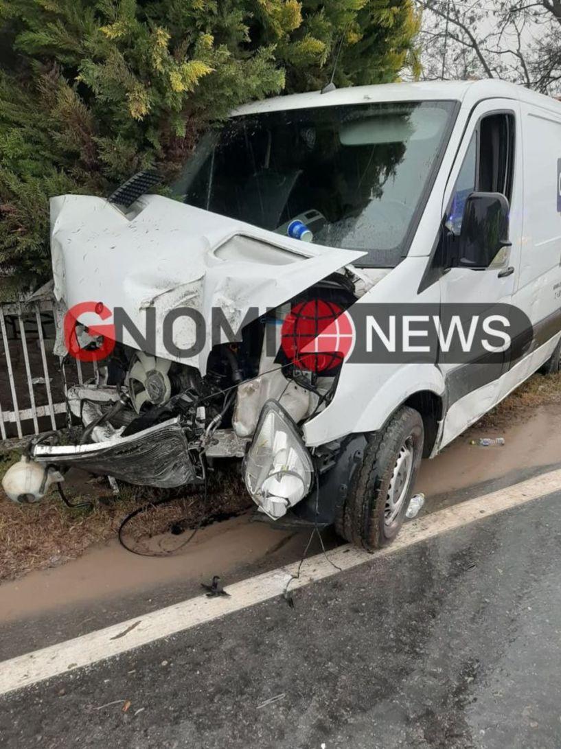 Αλεξάνδρεια:  Αυτοκίνητο έπεσε πάνω σε κολόνα της ΔΕΗ! (Εικόνες)
