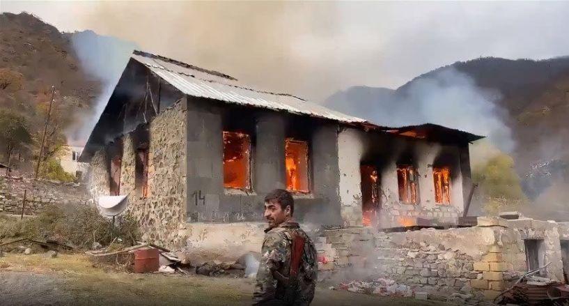 Στο Ναγκόρνο - Καραμπάχ καίνε τα σπίτια τους για να μην τα πάρουν οι κατακτητές