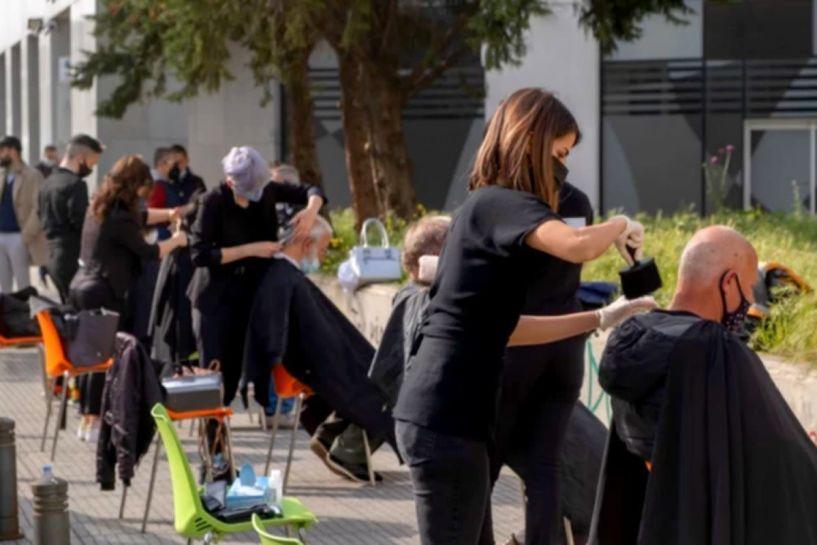 Κίνηση ανθρωπιάς στη Θεσσαλονίκη: Κομμωτές κούρεψαν άστεγους για το Πάσχα (εικόνες)