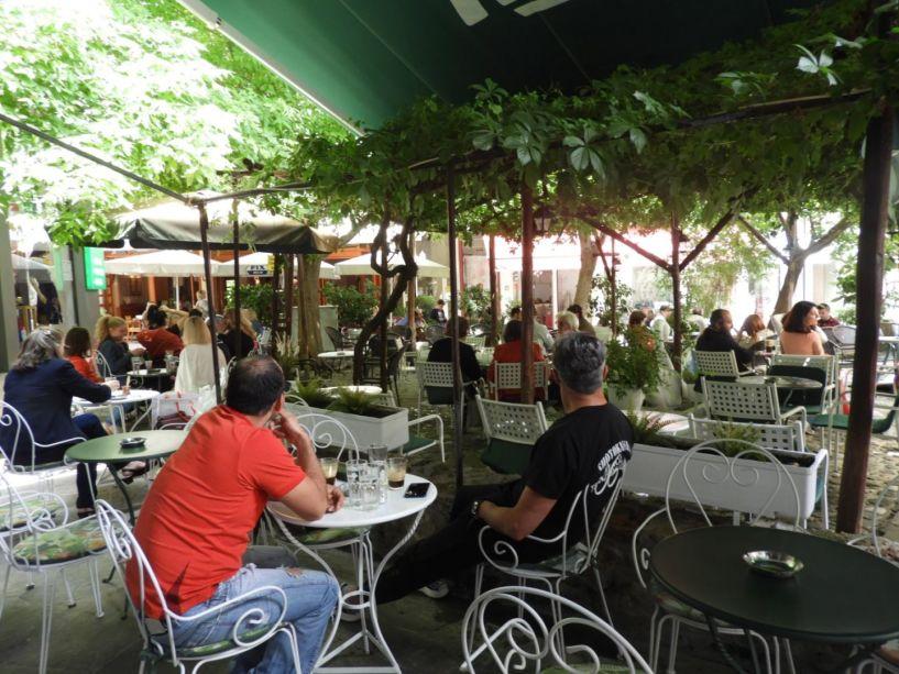 Από το πρωί στη Βέροια, άρχισαν να σερβίρονται οι πρώτοι καφέδες σε τραπεζάκια