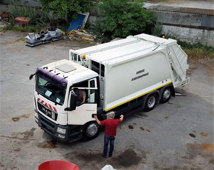 Με προσωπικό ασφαλείας η αποκομιδή των απορριμμάτων από την Υπηρεσία Καθαριότητας του Δήμου Αλεξάνδρειας