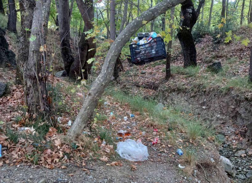 Αυτοσχέδιο καλάθι σκουπιδιών; Εξακολουθούν όμως κάποιοι να τα πετάνε στον… μεγάλο κάδο του περιβάλλοντος