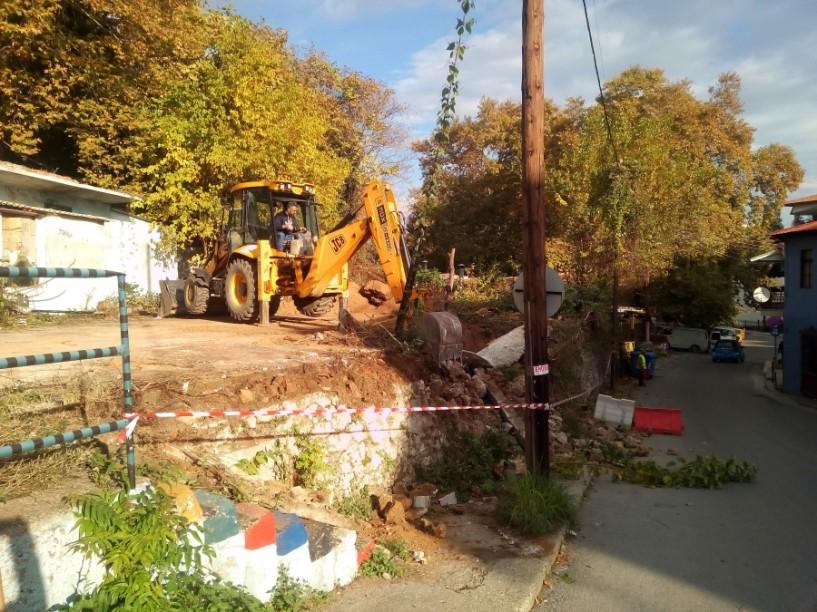 Γκρεμίστηκε λόγω επικινδυνότητας το πέτρινο τοιχίο στην οδό Αφροδίτης (ΦΩΤΟΓΡΑΦΙΕΣ & ΒΙΝΤΕΟ)