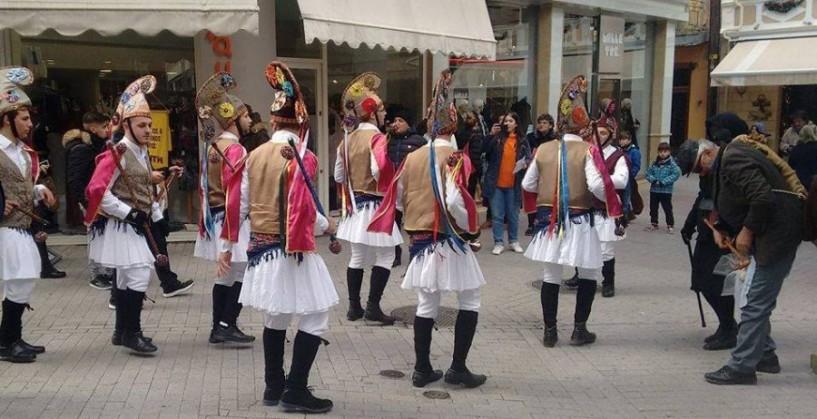 Παραδοσιακό χρώμα από τους Μωμόγερους στην αγορά της Βέροιας - Δείτε το βίντεο