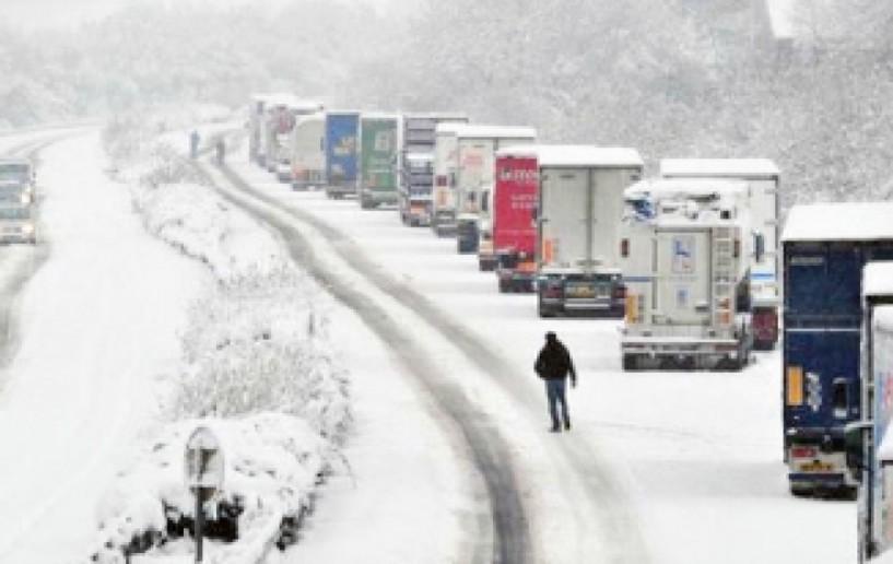 Από χθες μέχρι σήμερα το πρωί... Απαγόρευση κυκλοφορίας  οχημάτων άνω των 3,5 τόνων  στην εθνική οδό  λόγω χιονόπτωσης -παγετού