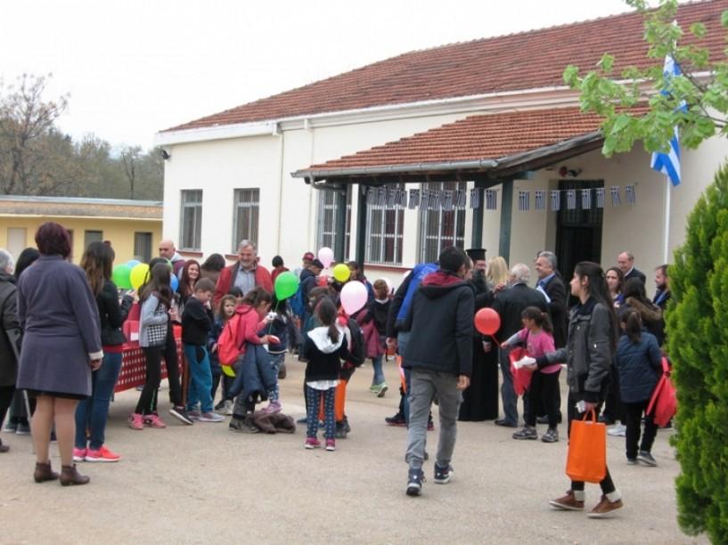 20 παιδιά Κούρδων προσφύγων υποδέχθηκε το μεσημέρι το σχολείο της Αγίας Βαρβάρας Βέροιας (φωτογραφίες)