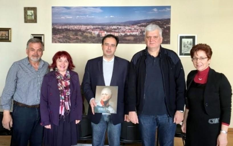 Η εκπαιδευτική ομάδα του 4ου Λυκείου που επισκέφτηκε το Πούσκιν της Αγίας Πετρούπολης στον δήμαρχο