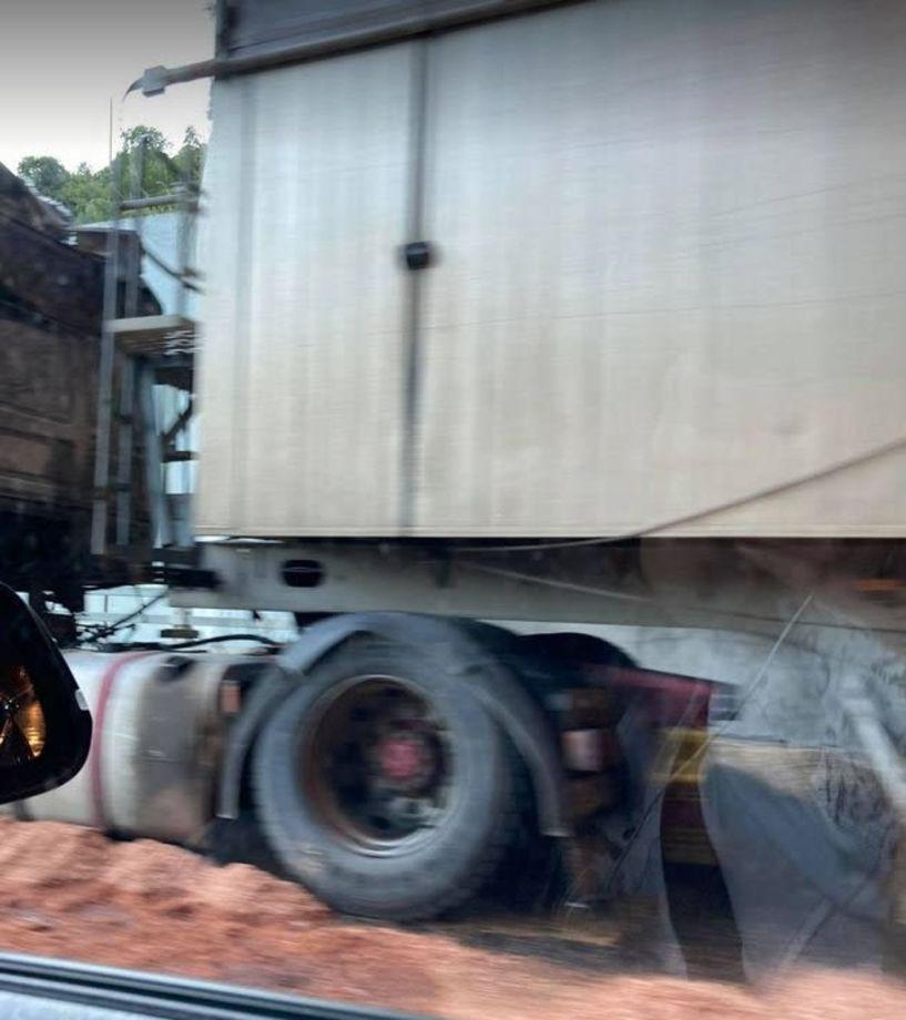 Επικαθήμενο φορτηγό, τυλίχθηκε στις φλόγες στην Εγνατία με κατεύθυνση από Βέροια προς Κοζάνη (Βίντεο - Εικόνες)