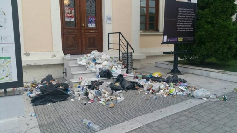 Αγανακτισμένος δημότης από τη Βεργίνα σκόρπισε σκουπίδια στη συνεδρίαση του δημοτικού συμβουλίου Βέροιας
