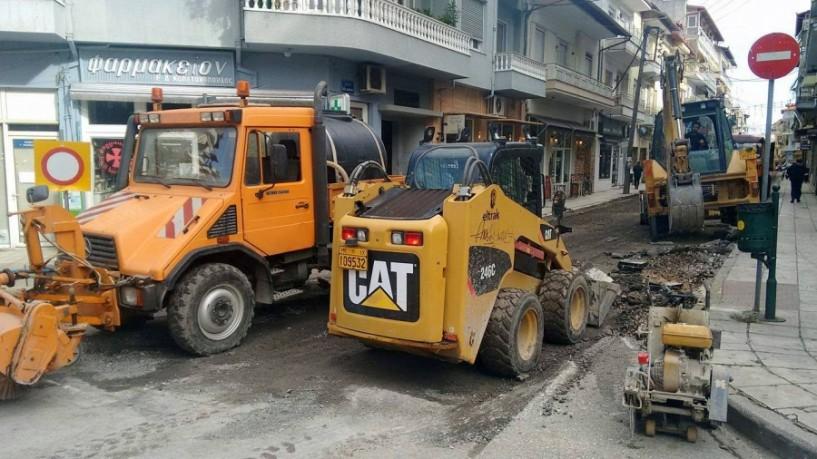 Συνεχίζεται η ασφαλτόστρωση σε κεντρικούς δρόμους της Νάουσας