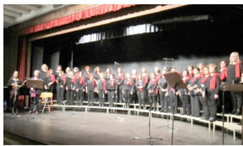 Το πολυπληθές κοινό χειροκρότησε θερμά το 1ο Φεστιβάλ Χορωδιών   που διοργάνωσε το «Μονόγραμμα»