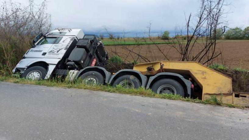 Εκτροπή φορτηγού βαρέως τύπου στη Μελίκη (Εικόνες)