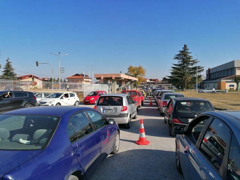 Βέροια:  Μεγάλες ουρές αυτοκινήτων για rapid test, από το πρωί στο ΔΑΚ Μακροχωρίου (Εικόνες)