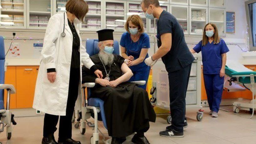 Κορονοϊός: Ο Θεούλης έκανε το εμβόλιο στον Μητροπολίτη Ναυπάκτου - Τι δήλωσε ιεράρχης