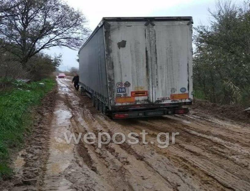 Νταλίκα βούλιαξε σε δρόμο με λάσπη στην βιομηχανική περιοχή του Καλοχωρίου