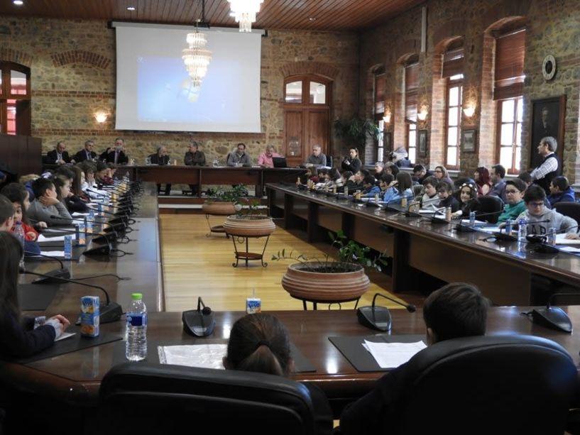 Τα προβλήματα στον... Δήμαρχο  από μαθητές δημοτικών σχολείων -- Πρώτη συνεδρίαση χθες του Δημοτικού Συμβουλίου Παίδων