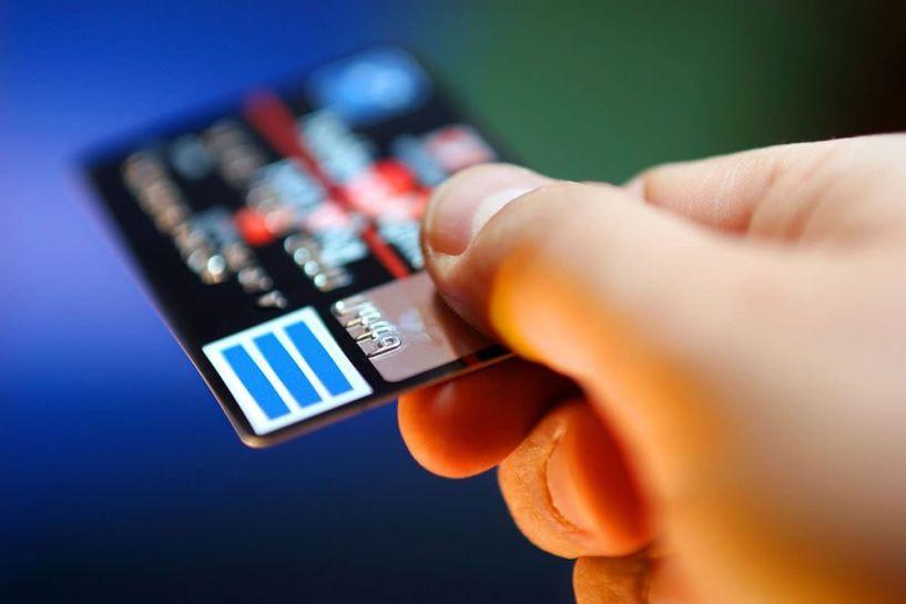 Απειλούνται με επιπλέον φόρο Αφορολόγητο όριο: Εμπλοκή με τις ηλεκτρονικές συναλλαγές