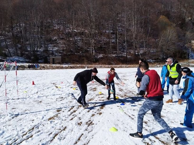 Και  χάντμπολ στο χιόνι και κοντά στα άτομα με ειδικές δεξιότητες στα 3-5 Πηγάδια