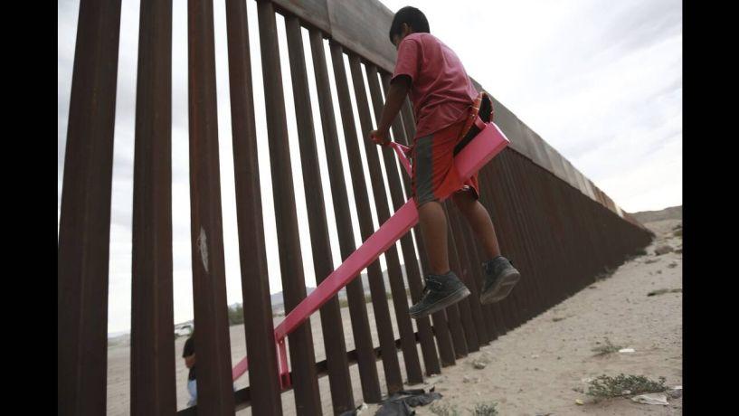 Παιδιά από Μεξικό και ΗΠΑ αγνοούν το τείχος και παίζουν μαζί