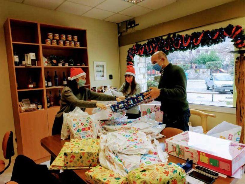 Δήμος Νάουσας: «Γεύματα αγάπης», τρόφιμα και παιχνίδια σε 450 οικογένειες και άτομα ευάλωτων κοινωνικών ομάδων
