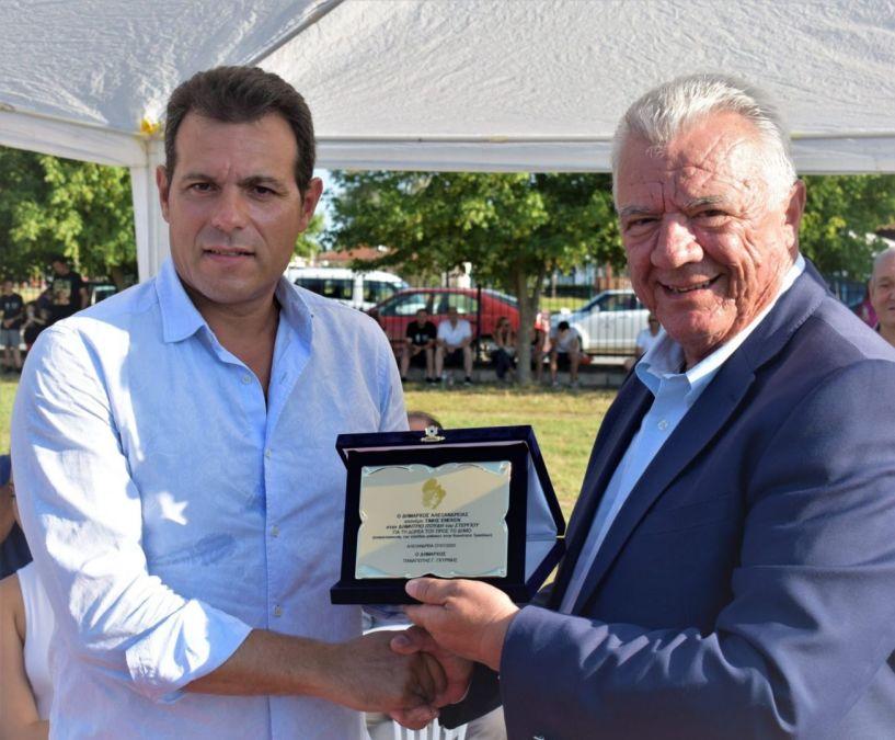 Αλεξάνδρεια: Βραβεύτηκε ο Δημήτρης Ιτούδης από τον Δήμαρχο για την ανακατασκευή του γηπέδου μπάσκετ στο Δημοτικό Σχολείο Τρικάλων