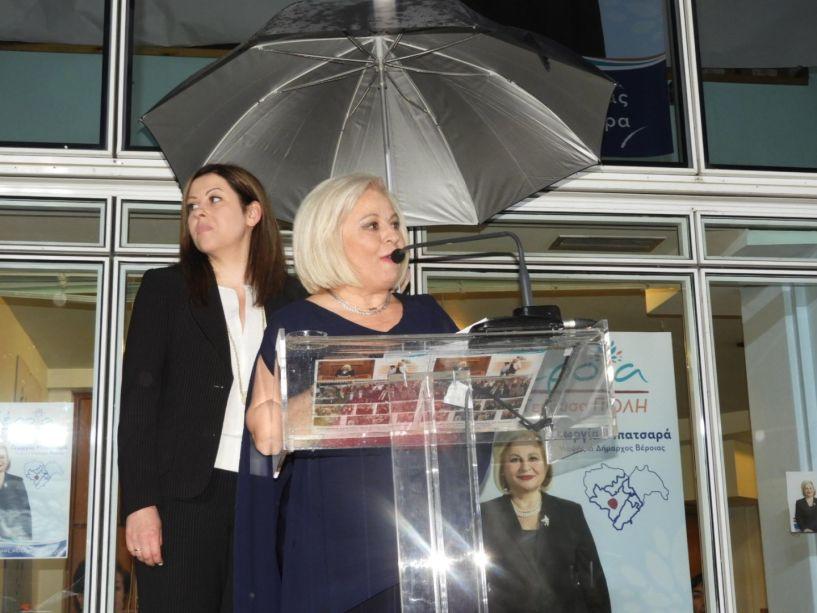 Γ. Μπατσαρά: «Πάμε όλοι μαζί να νικήσουμε!» -Με ομπρέλες, αλλά απτόητη η υποψήφια δήμαρχος στην κεντρική της εκδήλωση