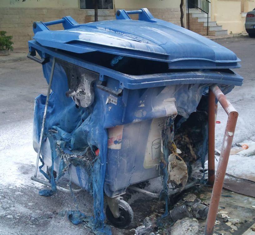 Με αφορμή την πρόκληση πυρκαγιάς σε κάδο ανακύκλωσης Προσοχή: Στους σωστούς   χρωματιστούς κάδους,  τα σωστά απορρίμματα
