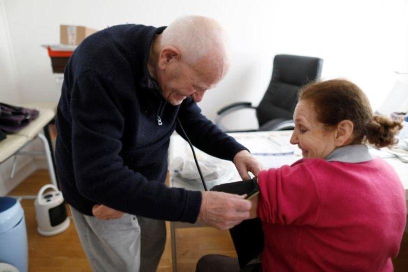 Γιατρός 98 ετών αρνείται να βγει στη σύνταξη και εξακολουθεί να βλέπει ασθενείς!