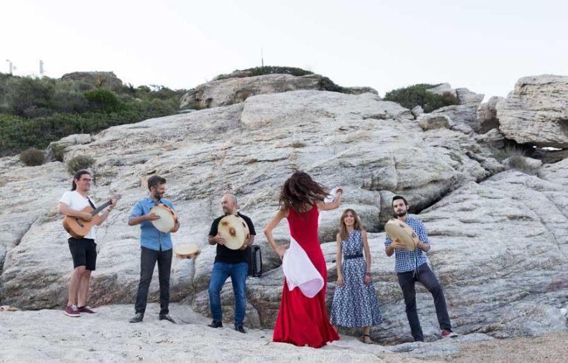 Το Κινητό Μουσικό Περίπτερο της ΚΕΠΑ στο Κομνήνιο με τους Grikanta και τις μουσικές τους από τη Νότιο Ιταλία