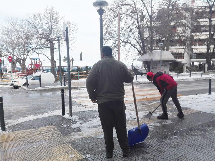 Αλάτι και φτυάρια στους δρόμους προς τα σχολεία