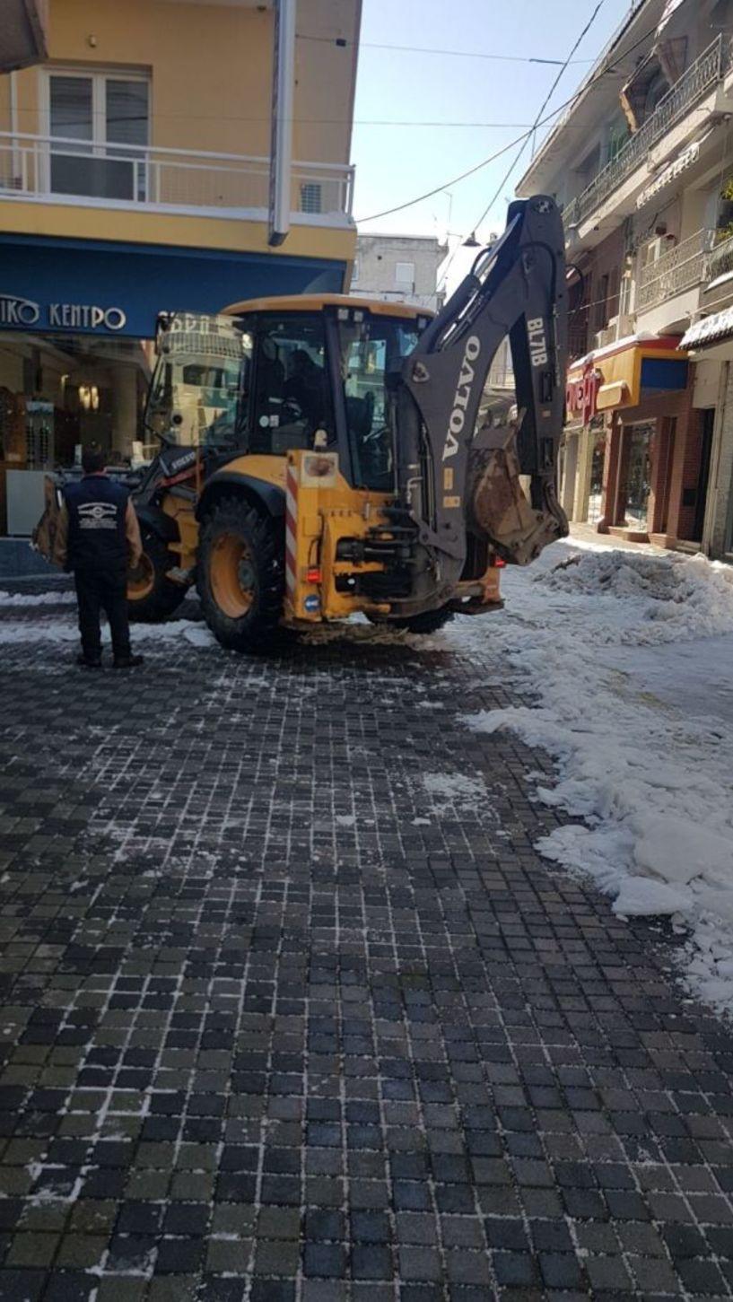 Γκρέιντερ καθαρίζει τώρα τους εμπορικούς πεζόδρομους στη Βέροια