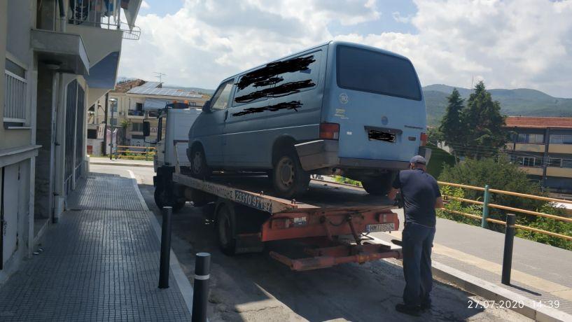 Περισυλλογή εγκαταλελειμμένων αυτοκινήτων από τη Δημοτική Αστυνομία Βέροιας