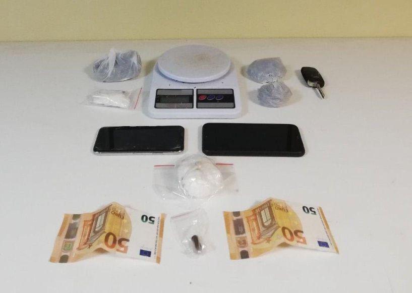 Συνελήφθη αλλοδαπός για ναρκωτικά - Προσπάθησε να πετάξει τα ναρκωτικά πριν ελεγχθεί αλλά εντοπίστηκε από τους αστυνομικούς