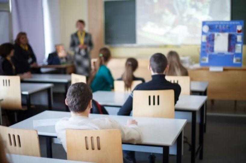 Κοροναϊός: Τελικά πόσο ασφαλής είναι μία τάξη με 15 μαθητές; Ο Μαγιορκίνης εξηγεί