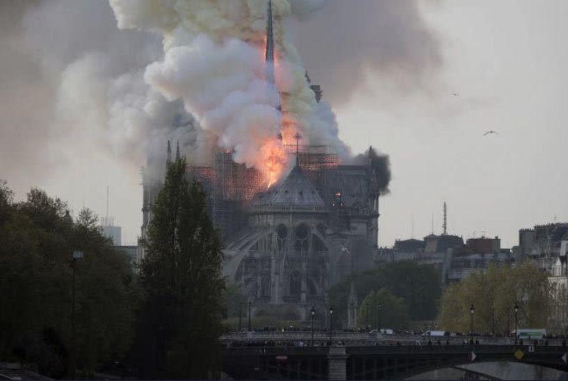 Συναγερμός στο Παρίσι - Μεγάλη φωτιά στην Παναγία των Παρισίων (pic&vid)