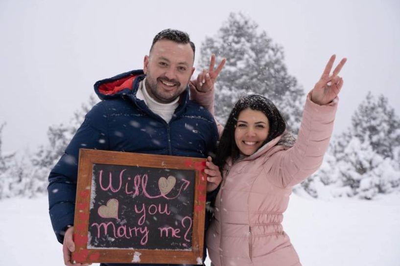 «Παραμυθένια» πρόταση γάμου του προέδρου του Φίλιππου Βέροιας Volleyball στο χιονισμένο Σέλι (εικόνες - βίντεο)