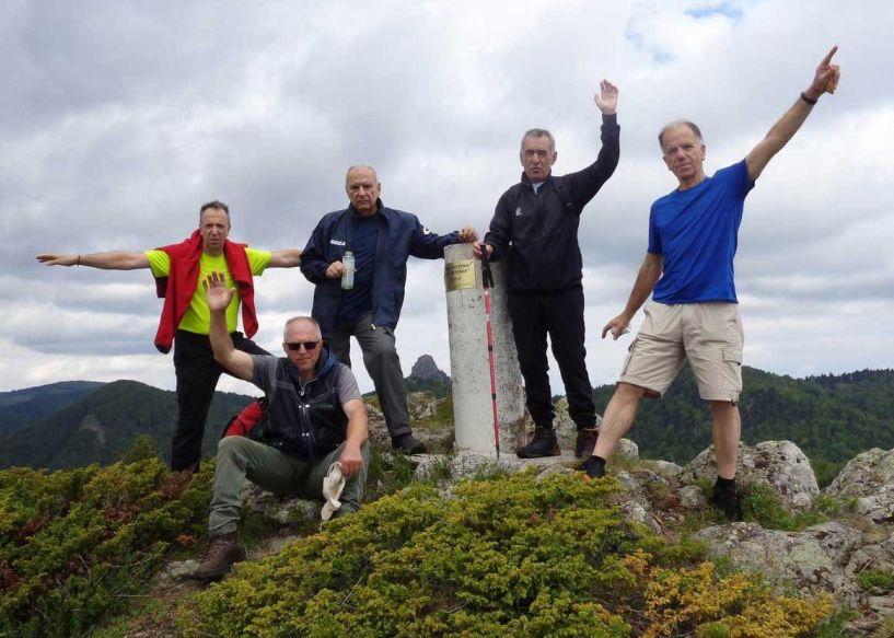 Οι Ορειβάτες Βέροιας στα καταπράσινα βουνά του ΒΟΡΑ και στην κορυφή ΠΕΤΕΡΝΙΚ  στα 1775μ.