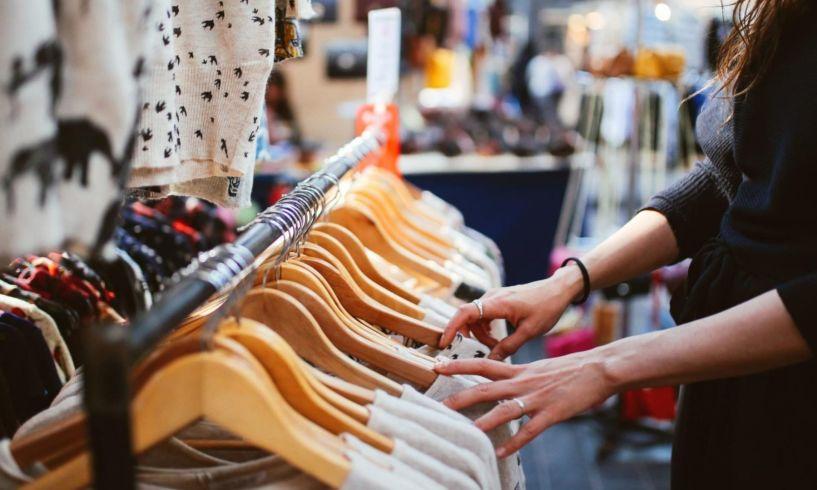 Έρχονται νέα μέτρα για να δουλέψουν καταστήματα ρούχων και υποδημάτων