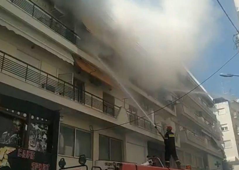 Βέροια: Σε εξέλιξη πυρκαγιά στο κέντρο της πόλης - Δείτε το βίντεο