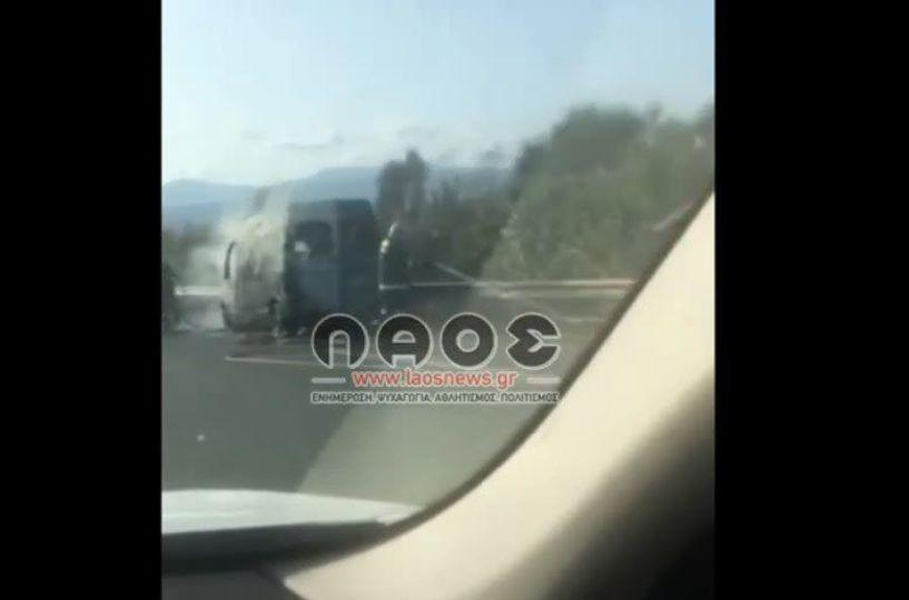Ημαθία: Βανάκι κάηκε ολοσχερώς στην Εγνατία Οδό (βίντεο)