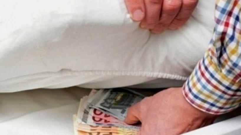Σε στρώματα και σεντούκια έχουν ακόμη 32 δισ. ευρώ οι Έλληνες