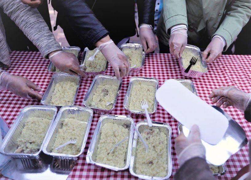 Αλεξάνδρεια: Ιδιοκτήτες καταστήματος προσφέρουν μερίδες φαγητού σε οικογένειες ευπαθών ομάδων! - Ευχαριστήριο του Δημάρχου Π. Γκυρίνη