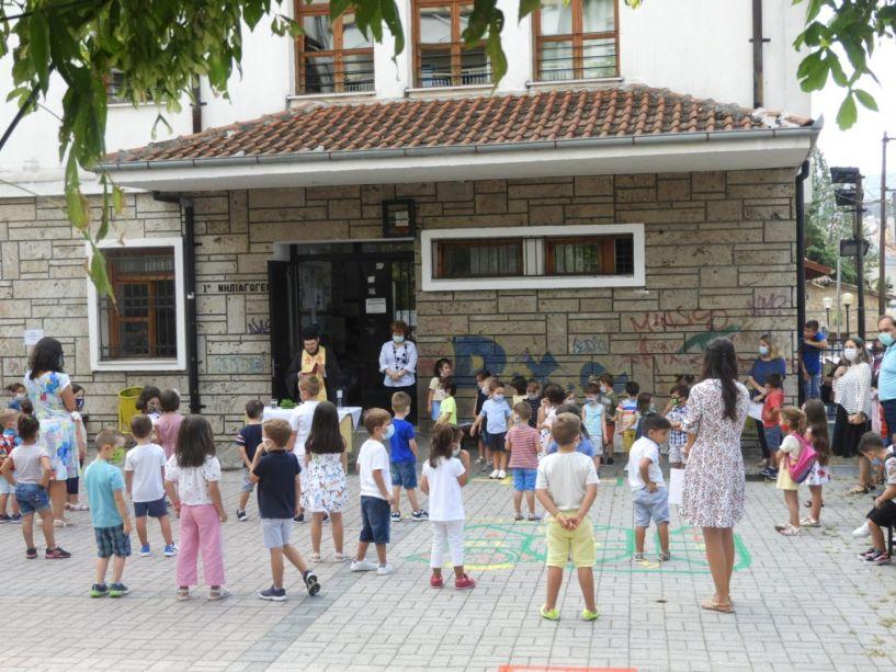 Με μέτρα covid η πρώτη μέρα και ο αγιασμός στα σχολεία