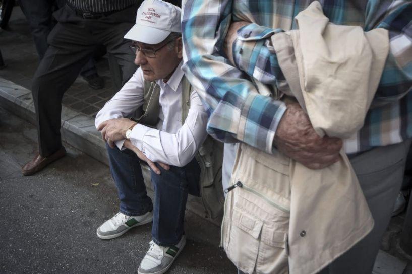Τι θα γίνει με όσους συνταξιούχους δεν έκαναν αίτηση για τα αναδρομικά