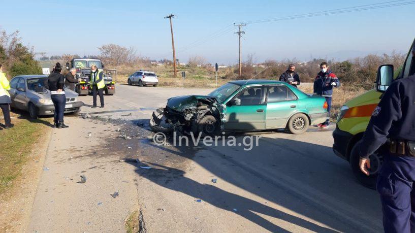 Ισχυρή σύγκρουση δύο αυτοκινήτων στον πίσω δρόμο Βέροια - Πατρίδα