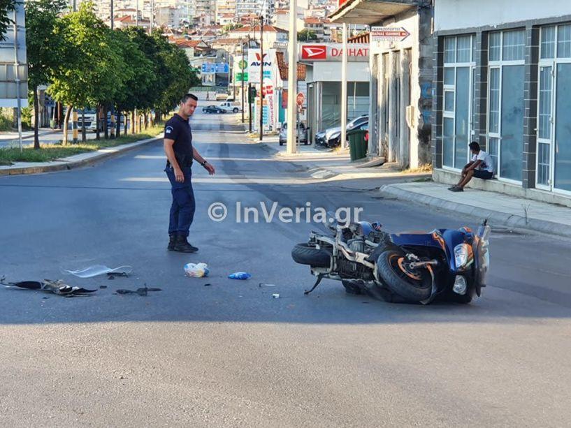 Βέροια: Τροχαίο ατύχημα ΙΧ - μηχανής στην Σταδίου - Στο νοσοκομείο ο αναβάτης της μηχανής