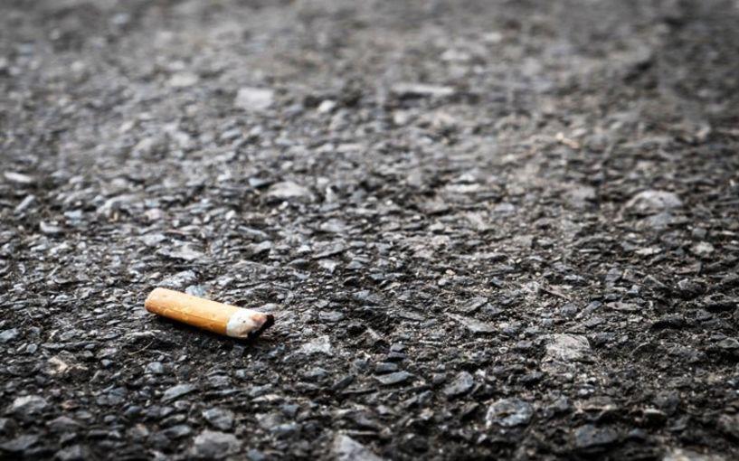 Όποιος συλληφθεί να πετάει τσιγάρα από το αυτοκίνητο θα χάνει το δίπλωμα οδήγησης